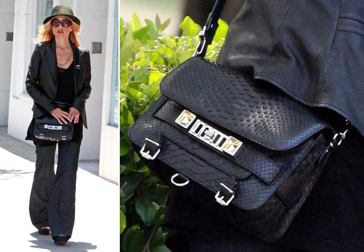 A stylist Rachel Zoe usa o mesmo modelo que Kate Bosworth, a PS11 da Proenza Schouler. Sua versão, no entanto, é de couro de cobra