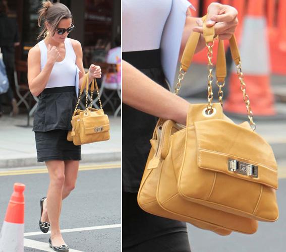 Pippa Middleton escolheu um modelo amarelo de alças curtas de couro e corrente da marca Ri2k para dar um toque de cor ao seu visual