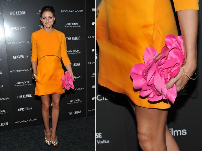 As flores enfeitaram a clutch rosa de Olivia Palermo. Sua bolsa Sondra Roberts foi combinada a um vestido laranja, formando um look dentro da tendência