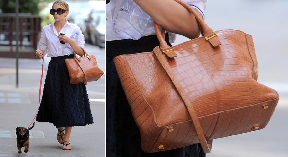 Em mais um momento de autopromoção, Mary-Kate Olsen usa bolsa de sua marca The Row. O modelo
