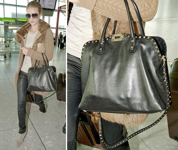 A atriz e modelo Rosie Huntington-Whiteley usa bolsa de tamanho médio Valentino que tem a alça e o contorno cravejados de tachas quadradas