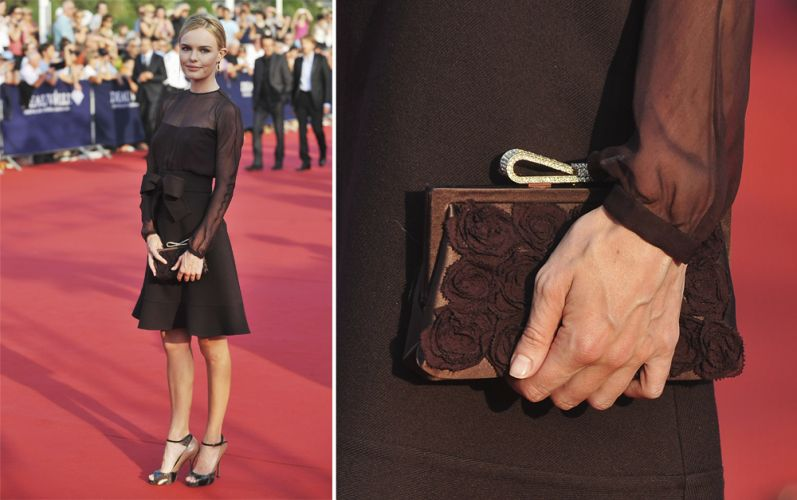 A clutch marrom com flores Valentino usada por Kate Bosworth deu um toque romântico ao look monocromático da atriz