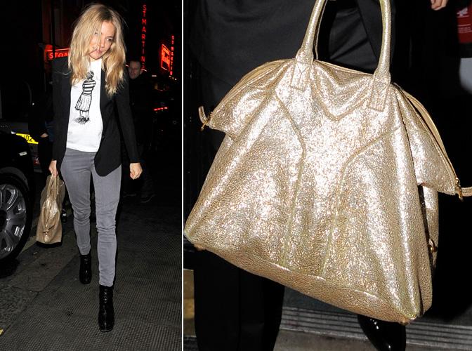 Sienna Miller é fã das bolsas grandes da maison Yves Saint Laurent, como este modelo de alças curtas e couro levinho metalizado