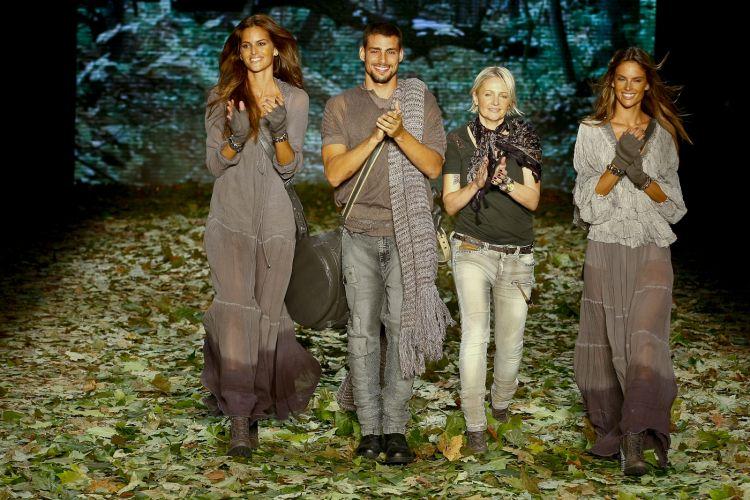 Izabel Goulart (à esqu.), Alessandra Ambrósio (à dir.) e Cauã Reymond acompanham a estilista da Colcci, Jéssica Lengyel, ao final do desfile para o Inverno 2010 que a grife apresentou neste primeiro dia de SPFW (17/01/2010)