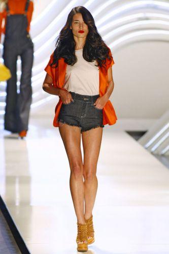Tricôs e jeans são os tecidos mais usados no verão da marca.