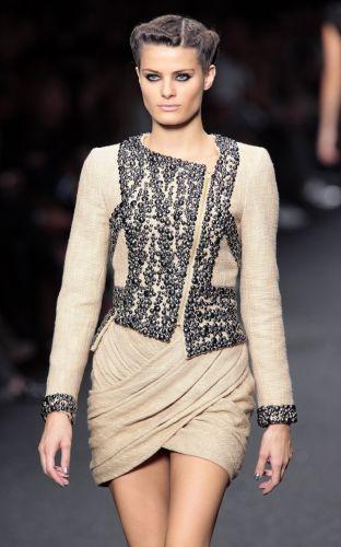 A brasileira Isabeli Fontana desfila look de Elie Saab para o Verão 2010 no pemúltimo dia da semana de Paris (7/10/2009)