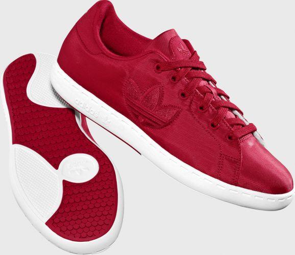 c11ff7ac259 Tênis feminino vermelho de cetim  de R  219