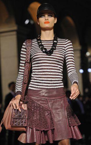 A top Isabeli Fontana desfila look da Loewe para o Verão 2010 no quarto dia da semana de moda de Paris (3/10/2009)