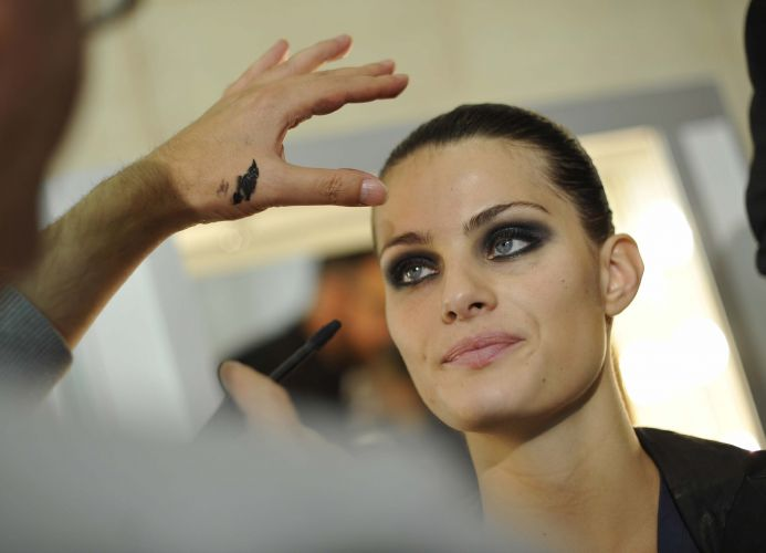A brasileira Isabeli Fontana é maquiada antes do desfile da marca Loewe no quarto dia da semana de moda de Paris (3/10/2009)