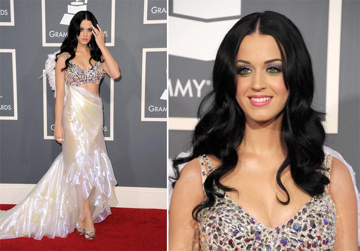 Katy Perry foi à noite de gala pre-Grammy com vestido Giorgio Armani. O top era bordado com pedras e tinha uma aplicação com plumas nas costas. A saia, em tecido furta-cor, era mais curta na frente, com uma cauda longa na parte posterior. (13/02/2011)