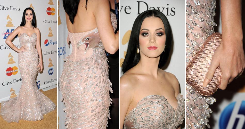 Para a festa Pre-GRAMMY Gala and Salute To Industry Icons Honoring David Geffen, Katy Perry escolheu um vestido tomara-que-caia rosa, com bordados, que trazia um pássaro na lateral. A peça é da marca Nicolas Jebran Haute Couture e estava acompanhada por uma clutch de Judith Leiber. (12/02/2011)