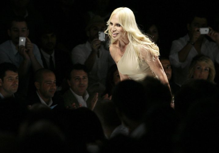 A estilista Donatella Versace ao final do desfile