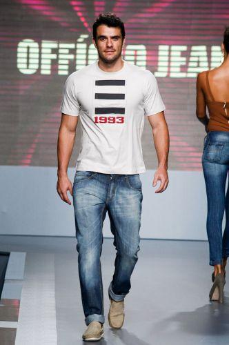 O ex-BBB Daniel Saullo apresenta look da Ofício Jeans para o Inverno 2012 durante o segundo dia de Mega Polo Moda. O evento é realizado pelo famoso shopping atacadista do Brás, bairro de São Paulo conhecido pelas lojas de moda popular (28/02/2012)