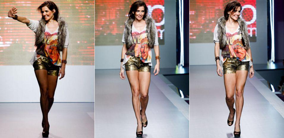 A atriz Deborah Secco acena na abertura do último dia de Mega Polo Moda, no Brás (29/02/2012)