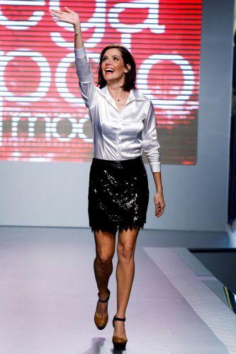 A atriz Deborah Secco acena no encerramento de seu desfile, no último dia de Mega Polo Moda, no Brás (29/02/2012)