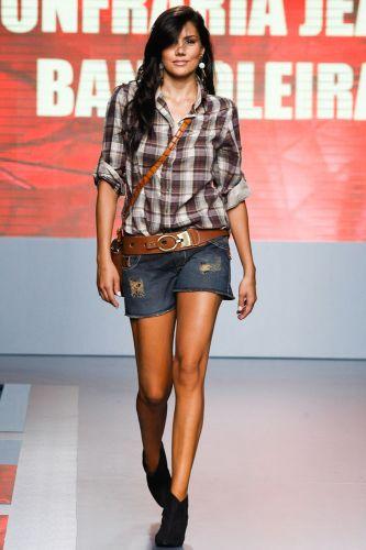 A ex-BBB Mariana Felicio desfila look da Confraria Jeans Bandoleira no terceiro dia de Mega Polo Moda. O evento é realizado pelo famoso shopping atacadista do Brás, bairro de São Paulo conhecido pelas lojas de moda popular (29/02/2012)