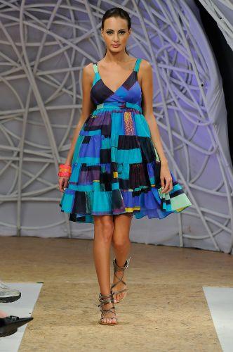 Vestido com estampa geométrica foi um dos looks apresentados pela marca  Pitanga durante o Mega Polo Moda Divulgação Mais 7ffa4211465f0