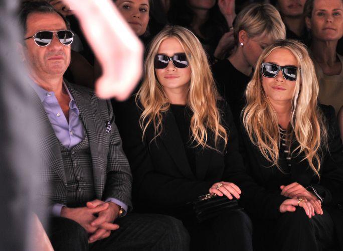 As gêmeas Mary-Kate e Ashley Olsen assistiram ao desfile de J. Mendel da primeira fila. Vestidas de maneira muito similar, as duas confundiram fotógrafos e jornalistas, que não conseguiram distinguir quem era quem (15/02/2012)