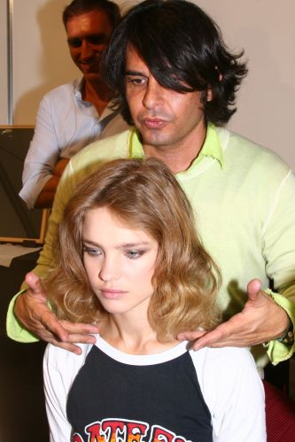 Cabeleireiro prepara a top russa Natalia Vodianova, que desfilou com exclusividade para Ermanno Scervino na temporada de vero da semana de moda de Milo