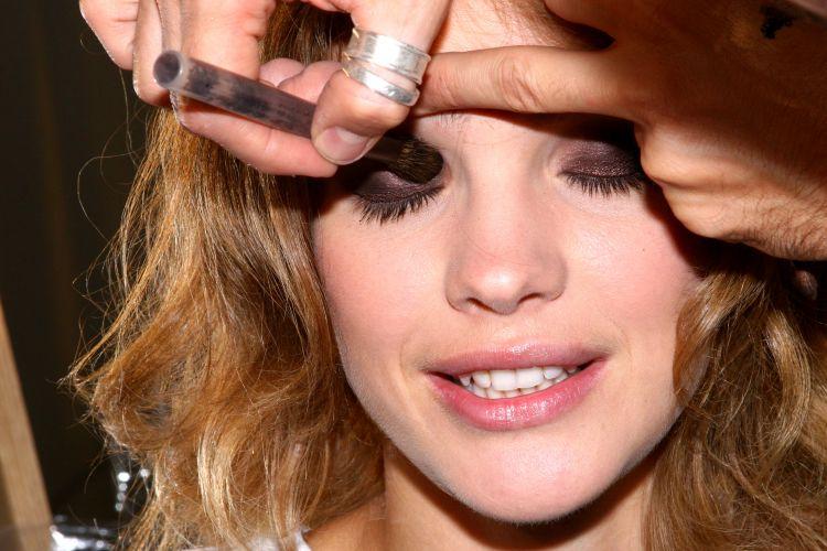 A top russa Natalia Vodianova é maquiada para o desfile de Ermanno Scervino na temporada de verão da semana de moda de Milão