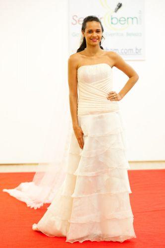 Vestido tomara-que-caia com saia em camadas que ajuda a quebrar a silhueta  muito esguia de noivas altas e magras Divulgação Mais c11b8d862bb63