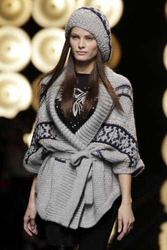 A top brasileira Isabeli Fontana desfila look de Paul & Joe para o Inverno 2009/10 no penúltimo dia da semana de Paris (11/3)