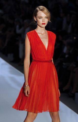 No desfile da Dior. o plissado apareceu no vestido vermelho da foto 2935105dc9806