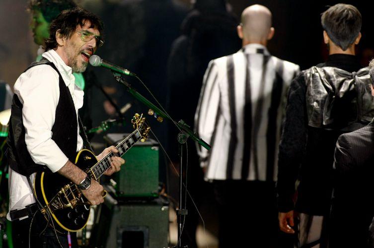 Lobão canta durante o desfile da Reserva, que encerra o quarto dia do SPFW Inverno 2011, nesta segunda-feira (31/01/2011)