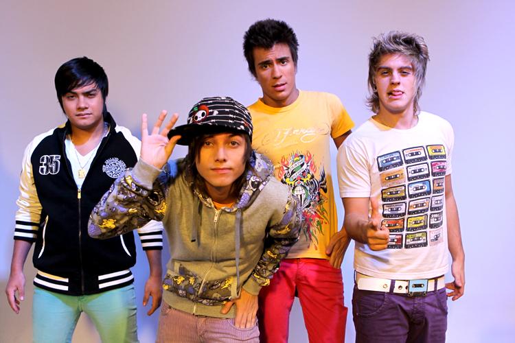 Os meninos do Restart são conhecidos por seus looks alegres e calças coloridas e justas