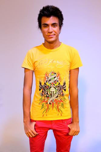 Pe Lu combinou calça rosa com camiseta amarela estampada