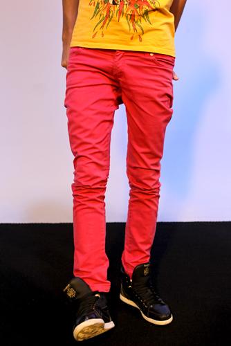 A calça rosa de Pe Lu fica bem justa graças ao strech