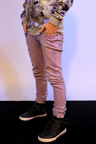 A dica de Pe Lanza para quem quer usar calças justas como a dele é mandar ajustar. Quem customiza as calças do baixista da Restart é sua própria mãe