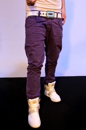 A calça de Thomas é mais solta na coxa e justa na batata da perna