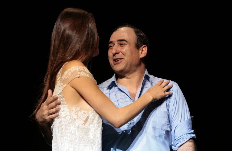 O estilista Amir Slama e a top Isabeli Fontana ao final do desfile (06/09)