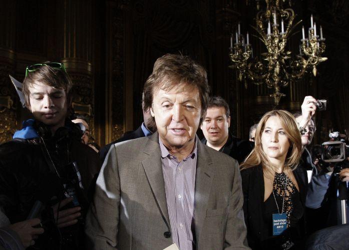 O músico Paul McCartney chega para o desfile da filha Stella McCartney no sétimo dia da semana de moda de Paris (08/03/2010)
