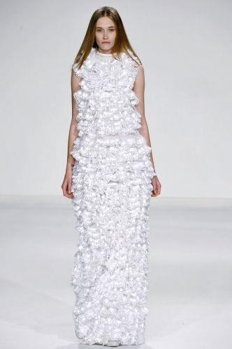 Para seus vestidos de noiva, Gloria Coelho aposta em tecidos como tule de seda, renda, tule com zibeline, organza, crepe, além da modelagem característica de suas criações