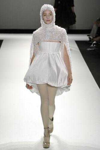 Modelo curto e capa com capuz desfilados por Gloria Coelho podem ser opção para casamentos de noivas fashionistas