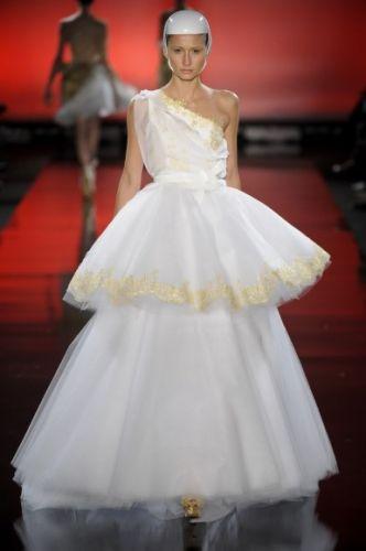 Rodrigo Rosner desfila seus vestidos na semana de moda Casa de Criadores, como esse modelo de camadas de tule com bordados localizados