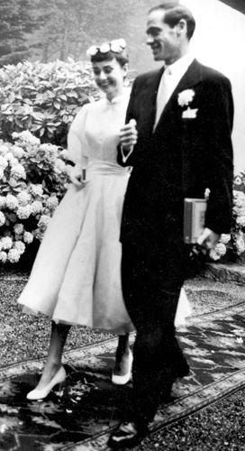 Audrey Hepburn em criação exclusiva da Balmain durante seu casamento com o ator Mel Ferrer, em 1954