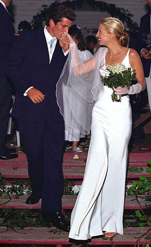 Carolyn Bessette-Kennedy em vestido simples de Narciso Rodriguez durante seu casamento com John F. Kennedy Jr., em 1996