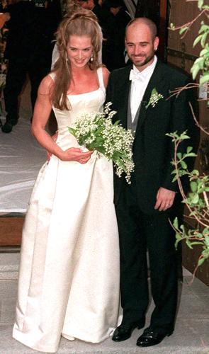 Brooke Shields em criação de Heidi Weisel durante seu casamento com o tenista Andre Agassi, em 1997