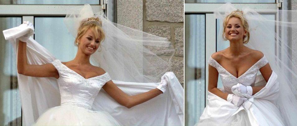 A supermodelo eslovaca Adriana Sklenarikova, após seu casamento com o jogador da seleção francesa Christian Karembeu, que aconteceu em dezembro de 1998, em Porto-Vecchio, na região da Córsica, França. A noiva usou vestido em decote princesa com saia rodada de tule, além de luvas brancas