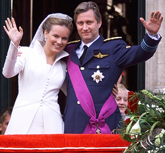 Princesa Mathilde, da Blgica, acena ao lado do marido, prncipe Philippe durante seu casamento em 1999. A noiva usou vestido comportado, acinturado com mangas compridas e gola alta do estilista belga Edouard Vermeulen