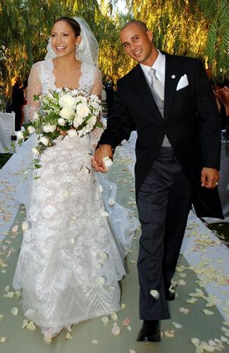 Jennifer Lopez usou vestido em seda rendada criado por Valentino para seu casamento com o dançarino Cris Judd, em 2001