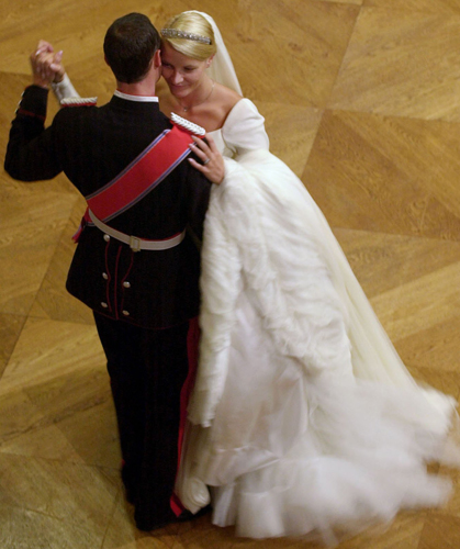Mette-Marit, princesa da Noruega, dana com o marido Haakon durante sua cerimnia de casamento, em 2001. O vestido, com leve volume nos ombros, foi criado pelo estilista noruegus Ove Harder Finseth
