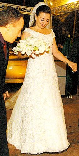 Andrea Seibel usa vestido rendado do estilista Junior, de São Paulo, em seu casamento com Rodrigo Edemar Cid Ferreira, em 2003