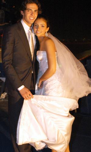 Caroline Celico, de tomara-que-caia Christian Dior, em seu casamento com o jogador Kaká, em 2005