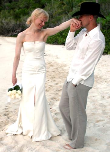 Reneé Zellweger optou por um tomara-que-caia simples e ajustado com fenda discreta, criado por Carolina Herrera para seu casamento com o cantor country Kenny Chesney, em 2005