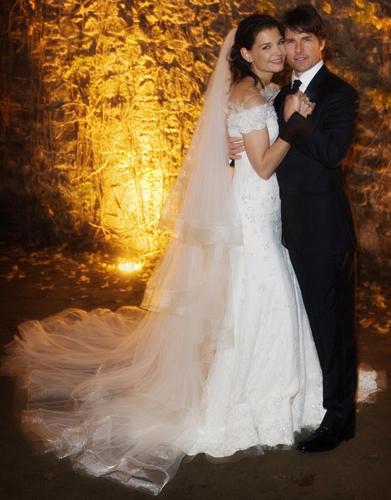 Katie Holmes em foto oficial de seu casamento com o ator Tom Cruise, em 2006. O vestido da atriz foi criado por Giorgio Armani com seda marfim, renda valenciana e cristais Swarovski