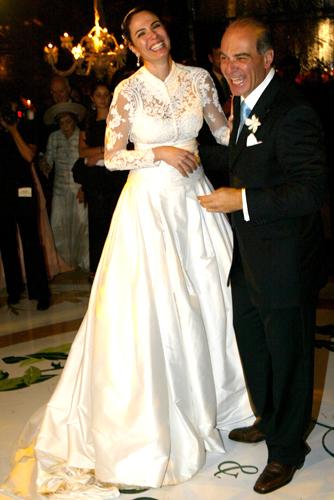 Luciana Gimenez usa vestido comportado com mangas compridas de Sandro Barros para Daslu em seu casamento com o empresário Marcelo de Carvalho, em 2006. O vestido foi inspirado na peça usada por Grace Kelly em sua boda